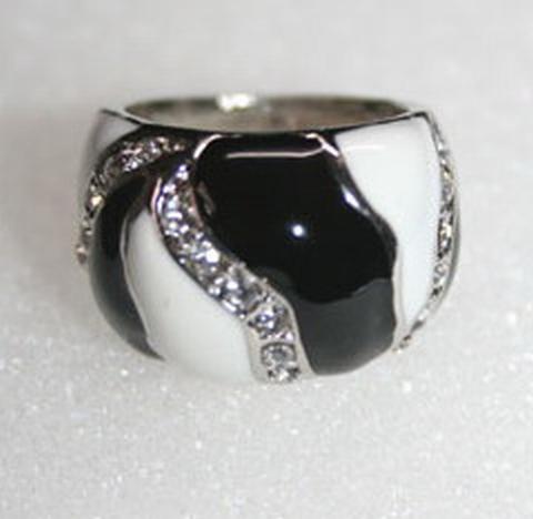 Trendy ring met echte strass steentjes zwart/wit