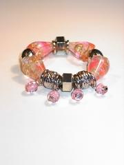 Armband met bedels en roze kunststof stenen