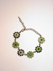Bronskleurig armbandje gemaakt van bloemen met strass