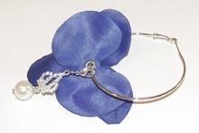 Oorbel bloem 60113   Bloemoorbel viool blauw met bedel  GTST