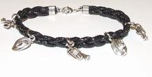 Armband veter zwart 15503   Zwarte veterarmband met bedels