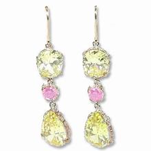 Oorbellen met citrus-groene en roze steen